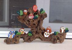 Gran árbol de buhos. Piedras pintadas a mano. Sonia Cifuentes. Si te gusta y quieres uno ponte en contacto conmigo.