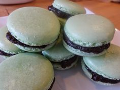 Oooohhhhhh ddrrooooollllllllll so yummy!!!   Hold the onion: Mint and Chocolate Macarons