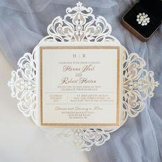 Faire-part mariage thème romantique blanc et or avec une pochette laser cut en fine dentelle de papier.  A découvrir sur www.jecreemonfairepart.fr  #mariage #fairepart #jecreemonfairepart #fairepartmariage #oui