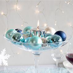 Das Centerpiece der winterlichen #Hochzeitsdeko bildet eine hohe Glasschale, die mit schimmernden Weihnachtsbaumkugeln gefüllt ist: http://www.meine-hochzeitsdeko.de/Schale-Bubu