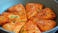 Turtițe în tigaie (cu brânză, cașcaval și verdeață) – Pur și simplu se topesc în gură, sunt delicioase. Ingrediente: 180 g brânză de vaci 200 g cașcaval 1/2 legătură ceapă verde sare, condimente 2 ouă 200 ml chefir 350 g făină 1 linguriță bicarbonat de sodiu ulei Mod de preparare: 1. Într-un bol, așezăm brânza … Russian Recipes, Turkish Recipes, Ethnic Recipes, Fast Dinner Recipes, Brunch Recipes, Baking Recipes, Healthy Recipes, Bread Alternatives, Medvedeva