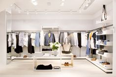 + some tips for choosing the right concept of modern shop design Urban Clothing Brands, Clothing Store Design, Online Clothing Stores, Clothing Racks, Design Shop, Shop Front Design, Visual Merchandising, Cos Stores, Cabinets