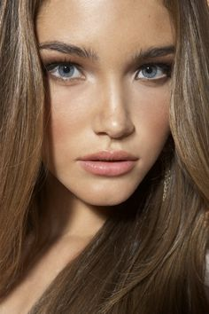 Love this natural makeup look! Bronzed skin, highlight in the inner corner of the eyes, some mascara, and a natural lip color!