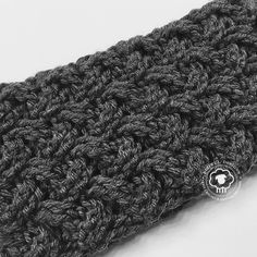 crocheted headbands Maize is a free headband pattern with beautiful, bold cables. Of all the textured stitches out there, this one is by far my favorite. For extra warmth, I plan t Diy Crochet, Crochet Hats, Crochet Headbands, Irish Crochet, Knit Headband, Knit Hats, Crochet Ideas, Knitting Patterns, Crochet Patterns
