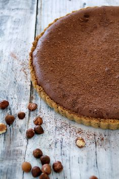 Sjokoladeterte med hasselnøtter og salt karamell Chocolate tart with hazelnuts and salty caramel Just Desserts, Delicious Desserts, Dessert Recipes, Yummy Food, Pie Recipes, Salted Caramel Tart, Caramel Pie, Salted Caramels, Caramel Brown