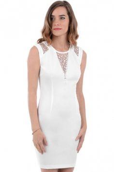 Hvit kjole med tett passform. Det er finmasket nettingpynt med diamantdetaljer på skuldre, i front og øverst på ryggen samt glidelås lukking på ryggen.  Inneholder 95% polyester og 5% elastan.
