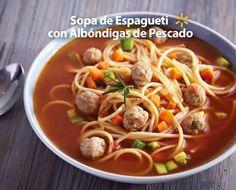 Calienta a tu familia durante la Cuaresma con una rica sopa de espagueti con albóndigas de pescado, jitomates, zanahoria y caldo de pollo.