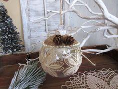 Ornement de Noël rustique fait à la main enroulée autour avec de la corde et décoré de dentelle de coton. Un article spécial et rare. Ils look victorien rustique, petit mais encore décoré, assez pour attirer l'attention de quelquun... Profitez