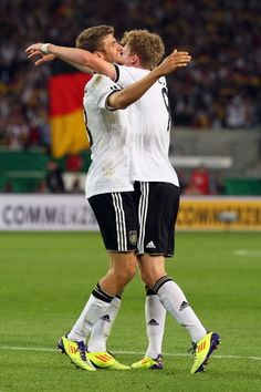 Thomas Müller  André Schürrle Fifa 2014 World Cup, Football Players, Cuddling, Running, Sports, Physical Intimacy, Soccer Players, Keep Running, Why I Run