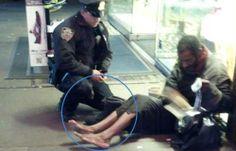 """Policial de NY comove milhares no Facebook com ato de """"bom samaritano"""""""