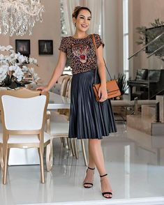 Pin by Noemi Sá on Saia Plissada in 2019 Black Pleated Skirt Outfit, Metallic Pleated Skirt, Pleated Skirts, Fall Fashion Skirts, Fashion Outfits, Fashion Trends, Moda Fashion, Urban Fashion, Red Leather Skirt