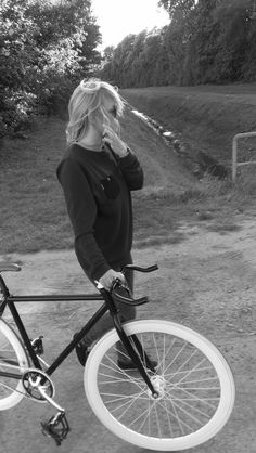 fixed gear girl Bicycle Women, Bicycle Girl, Fixed Gear Girl, Bike Suit, Urban Cycling, Cycling Girls, Commuter Bike, Bike Style, Vintage Bicycles