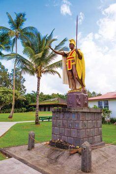 These historic Hawaii Island sites at Kawaihae and Kapaau tell the story of a legendary king. Hawaii Hula, Aloha Hawaii, Manhattan Times Square, Lower Manhattan, Hawaii Travel Guide, Travel Tips, King Kamehameha, Liberty New York, Volcano National Park
