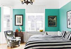 House of Turquoise: Sköna Hem House Of Turquoise, Turquoise Walls, Bedroom Turquoise, Teal Walls, Color Walls, Black White Bedrooms, White Wall Bedroom, Blue Bedroom, Feng Shui Habitacion