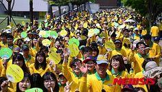 26일 서울 송파구 올림픽공원에서 열린 제16회 새생명 사랑 가족 걷기대회에 참가한 시민들이 밝은 표정으로 걷고 있다. 이번 행사는 가족사랑을 되새기고 다문화가정과 복지소외가정을 돕기 위해 개최됐다.