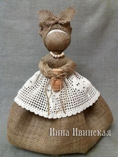 Инна Ивинская Diy Rag Dolls, Yarn Dolls, Fabric Dolls, Burlap Ornaments, Theme Noel, Burlap Crafts, Burlap Flowers, Soft Dolls, Doll Crafts