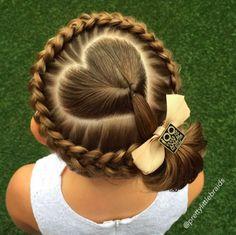 """「編み込み」好きが高じて研究に研究を重ねた結果、もはや趣味の域を超えアートとしか言いようのないヘアアレンジを、毎朝ひとり娘に施すママがいます。まずは、いくつかその""""作品""""をご紹介。娘の髪をアレンジしているのは、メルボルンに暮らすシェリー・ギフォードさん。そして、彼女の編み込みを毎日楽しみにしているのが、娘のグレイスちゃん。「フレンチブレイド」「ダッチブレイド」といった、オーソドックスなスタイ..."""