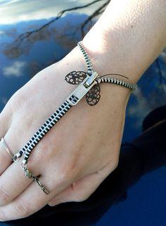 Silver Steampunk Moth Zip-On Bracelet  por PeteAndVeronicas en Etsy