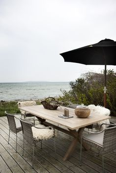 Gorgeous outdoor eating spot with a stunning view Outdoor Tables, Outdoor Spaces, Outdoor Living, Outdoor Decor, Outdoor Seating, Backyard Patio, Backyard Landscaping, Dream Beach Houses, Coastal Living