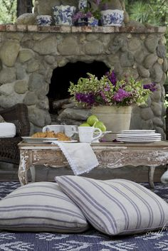 7 essential tips for entertaining on the patio this weekend - French Country Cottage Rustic Outdoor Furniture, Outdoor Rooms, Outdoor Dining, Outdoor Decor, Outdoor Gardens, French Country Cottage, French Country Style, Cottage Style, Country Décor
