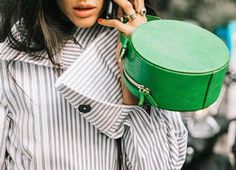 Au revoir, Paris! Último día de Paris Fashion Week y las calles de la capital gala se llenan de 'fidèles' de Chanel, pero también de las aventajadas alumnas de las escuelas de Miu Miu y Louis Vuitton