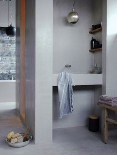 badkamer stucwerk - taderlakt - betonlook - plankjes badkamer - oud hout - inloopdouche