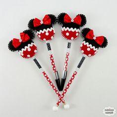 Lápis ou caneta com ponteira decorado com uma minnie feita em tecido e feltro bordado à mão.