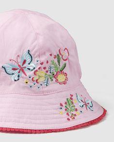 Gorro en color rosa con bordado floral multicolor y acabado de encaje.