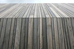 Vackert när fasad går vidare i tak på detta vis. Fin träfärg och fint med varierande bredd på träet.