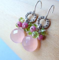 Peridot August Birthstone Pink Chalcedony earrings. por TatianaG