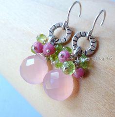 Peridot August Birthstone Pink Chalcedony earrings. por TatianaG