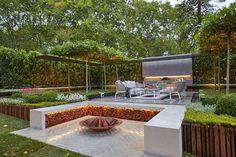 aménagement extérieur avec une vasque en acier corten et éclairage indirect