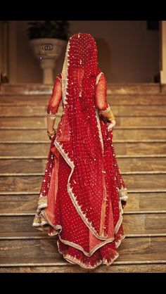 You might have seen Indians getting married and they were probably wearing Indian wedding sari. India is a large country and has different cultures and traditions when it comes to getting married. The wedding dresses . Indian Bridal Lehenga, Pakistani Bridal, Pakistani Dresses, Indian Dresses, Indian Saris, Indian Wedding Sari, Lehenga Wedding, Punjabi Wedding, Indian Wedding Bridesmaids