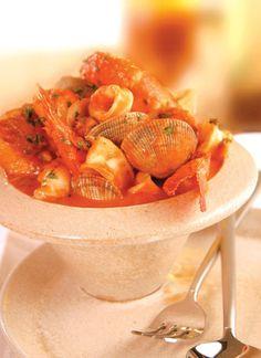 <p>Los ingredientes de este plato son distintos tipos de pescado con algunos mariscos y verduras. Estos se relacionan muy bien con vinos blancos sin crianza, como el Semillón, el Sauvignon y otras opciones de cepas blancas típicas españolas.</p>