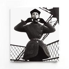 Dovima, tour Eiffel, août 1950. Ensemble Embuscade, collection haute couture automne-hiver 1950, ligne Oblique.
