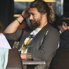 Jason Momoa has the sexiest man bun. Pretty Men, Gorgeous Men, Beautiful People, Long Hair Fade, Jason Momoa Lisa Bonet, Jason Momoa Aquaman, Man Bun, Baby Daddy, Auburn Hair