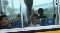 スクールバスの子供たちに笑顔を 嘉手納ハートクリーン活動