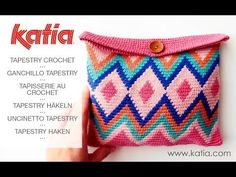 Learn Tapestry Crochet: video and easy pattern to make a cosmetic bag in this crochet technique Free Crochet Bag, Crochet Purses, Crochet Pouch, Crochet Bags, Pochette Rose, Mochila Crochet, Crochet Teddy Bear Pattern, Bag Pattern Free, Crochet Stitches Patterns