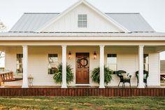 35 Elegant White Farmhouse Design Ideas To Give Beautiful Look - Home Decor Ideas Style At Home, Farmhouse Front Porches, White Farmhouse Exterior, Porch Makeover, Farmhouse Design, Simple Farmhouse Plans, Farmhouse Small, Farmhouse House Plans, Farmhouse Ideas