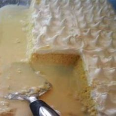 this is a type of cake called tres leches as you can see it has alot of milk Just Desserts, Delicious Desserts, Yummy Food, Tasty, Mexican Food Recipes, Sweet Recipes, Baking Recipes, Cake Recipes, Guatemalan Recipes