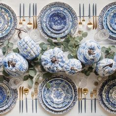 I think I've found my dream Thanksgiving tablesetting via @casadeperrin pumpkins via @avantgardenbytodd • • • #tablesetting #tablescape #tabledecor #tabletop #thanksgiving #thanksgivingdinner #thanksgivingtable #blueandwhite #silverware #pumpkin #pumpkins #interiordesign #dining #diningroom #photooftheday #interiorstyling #interiorstyle #interiors #instagood #instastyle #instadaily