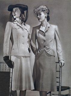 MODA ANOS 40: O corte das roupas era reto, em estilo militar. As jaquetas tinham ombros acolchoados angulosos e cinturões. Os tecidos eram pesados e resistentes, como o tweed. As saias eram mais curtas, com pregas finas ou franzidas. As calças compridas se tornaram práticas e os vestidos, que imitavam uma saia com casaco, eram populares. O náilon e a seda estavam em falta devido a recessão provocada pela guerra.