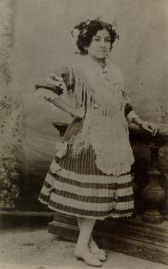 Retrato de mujer con indumentaria tradicional de Almería. Autor: Antonio Relaño, 1910 (ca). Fuente: Museo del Traje. Centro de Investigación del Patrimonio Etnológico.