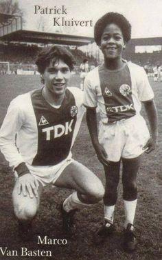 Marco Van Basten apadrinando a un jovencísimo Patrick Kluivert