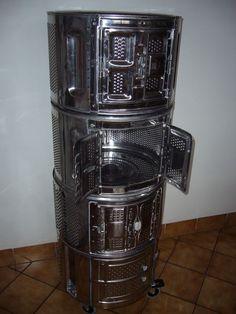 meuble colonne fabriqué à partir de 3 tambours de machine à laver - Nettoyés, détartrés, et assemblés, ces tambours forment un meuble colonne d'appoint -   Pour pouvoir plus facilement le déplacer on y a rajouté des roulettes (a freins)