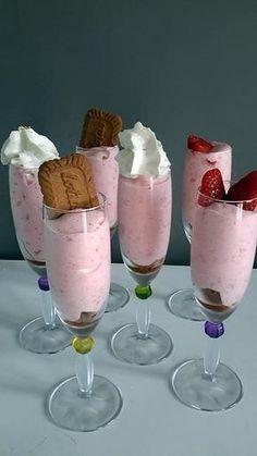La meilleure recette de Mousse de fraises! L'essayer, c'est l'adopter! 5.0/5 (2 votes), 4 Commentaires. Ingrédients: 250 gr de fraises 60 gr de sucre 1 sachet de sucre vanillé 1 blanc d'œuf quelques spéculoos pour le croquant Mousse Dessert, Creme Dessert, Cold Desserts, Summer Desserts, Strawberry Mousse, Thermomix Desserts, Ganache, Food Gallery, Vegan Ice Cream