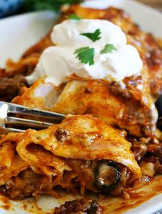 mexican spaghetti Cheesy Ground Beef Enchiladas are delicious and hearty, full of ground beef, two types of cheese and topped with sour cream. Tostadas, Tacos, Empanadas, Mexican Food Recipes, Ethnic Recipes, Mexican Dishes, Beef Recipes, Cooking Recipes, Moroccan Salad