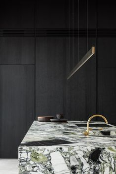 Meet the eclectic kitchen of residence SE. Old meets new, but in a very unconventional way.⠀⠀⠀⠀⠀⠀ Interiordesign by Steenhuyse Signature Spaces - Photography cafeïne.be - Marble by Potier Stone Marble Interior, Home Interior, Kitchen Interior, Interior Decorating, Interior Design, Eclectic Kitchen, Modern Kitchen Design, Casa Kardashian, Kitchen Dining