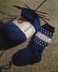 Lumioosi: Helpot kirjoneulesukat Knitting Videos, Knitting Charts, Baby Knitting Patterns, Knitting Socks, Knit Socks, Yarn Crafts, Diy And Crafts, Granny Square Sweater, Baby Barn