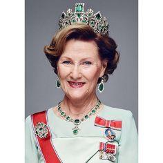 Happy Birthday 80 Queen Sonja, una modesta modista en la fría y medieval ciudad de Oslo, te adoramos ����8️⃣0️⃣ #queensonja #happybirthday #love #queen #royals #norway #igers #emerald #jewelry #empress #josephine #igersspain #gorgeous #sublime http://misstagram.com/ipost/1551535759672439469/?code=BWIKY2Tl3Kt